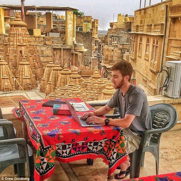 Anh tranh thủ cập nhật blog du lịch của mình trong chuyến đi ở Jaisalmer, Ấn Độ