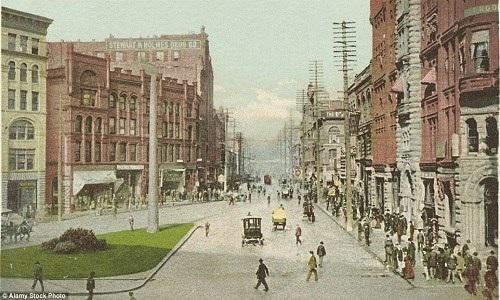Cảnh mua bán tấp nập khi người mua sắm còn chen lấn dọc theo vỉa hè. Ảnh chụp ở đại lộ First thuộc thành phố Seattle vào năm 1904.