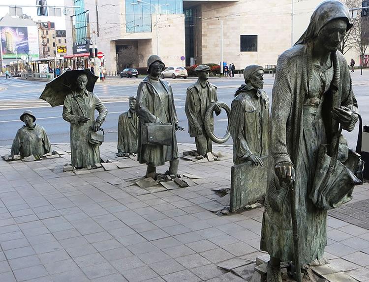 Những tác phẩm điêu khắc trên đường phố kỳ lạ và ấn tượng nhất thế giới - 10