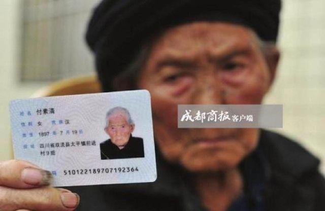Cụ bà cầm chứng minh thư nhân dân, xác nhận sinh năm 1897.