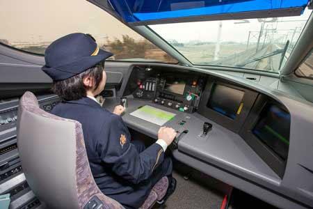 Lái tàu cao tốc Nhật gây sốc khi... gác chân lên bảng điều khiển - 4