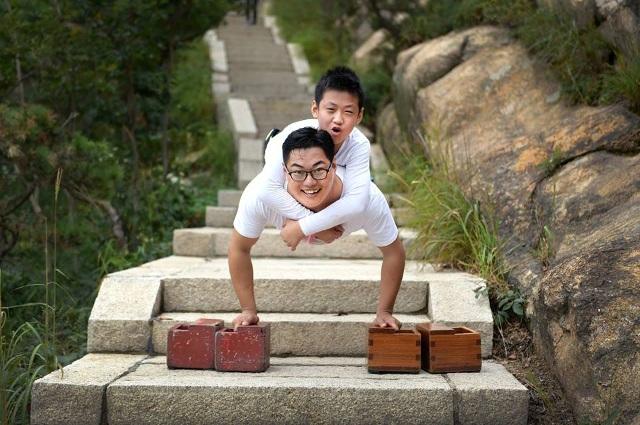 Hai thầy trò chinh phục đỉnh núi bằng tay