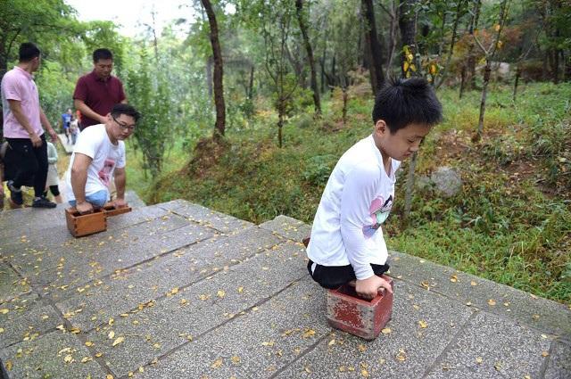 Dân mạng xúc động hình ảnh cậu bé 11 tuổi cụt 2 chân vẫn chinh phục núi cao - 2