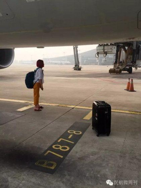 """Trễ giờ lên máy bay, cặp đôi người Trung Quốc xuống """"ăn vạ"""" ở đường băng"""