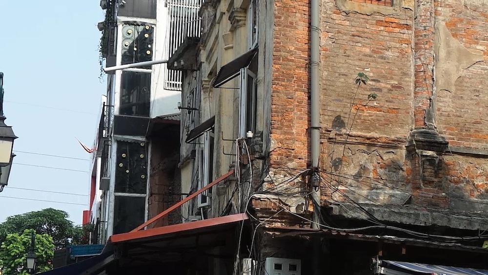 Hình ảnh chụp mặt tiền ngôi biệt thự phía đường Trần Nguyên Hãn. Có thể dễ dàng nhận thấy hiện trạng xuống cấp đến mức tồi tệ của biệt thự này.
