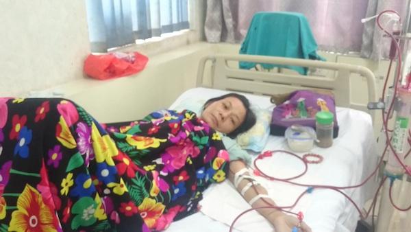 Chị Trương Thị Lê, tuần ba lần đi từ nhà tới BV Y học cổ truyền trung ương để chạy thận nhân tạo.