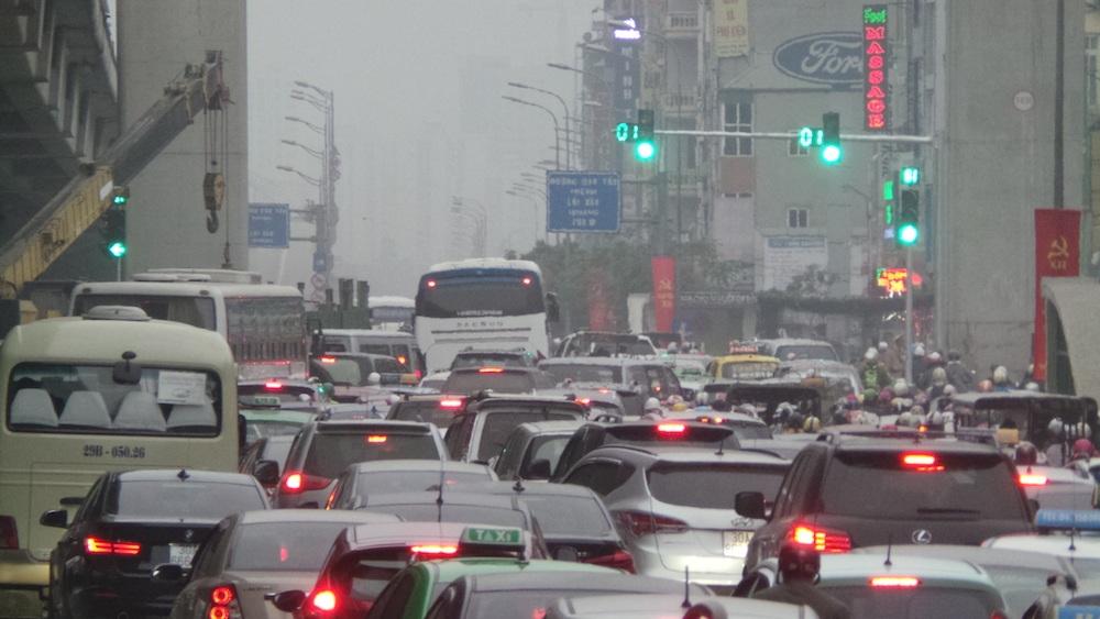 Ngay cả khi đèn xanh, thì phương tiện giao thông cũng không thể lưu thông vì ùn ứ.