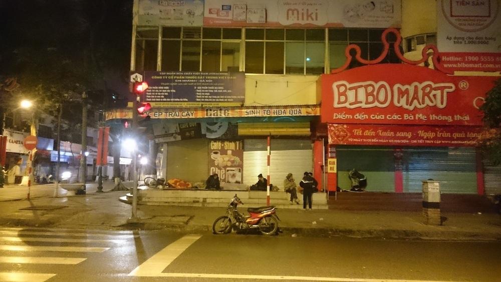 Góc phố Tràng Thi, nơi tập trung khá đông người vô gia cư. Họ đến từ nhiều nơi trên cả nước. Dưới cái lạnh 10 độ C, họ cố tìm cho mình một góc kín gió, nằm co ro bên vỉa hè.