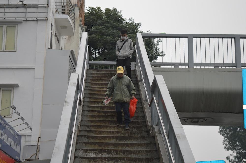 Cầu vượt dành cho người đi bộ nhưng số lượng người sử dụng rất ít.
