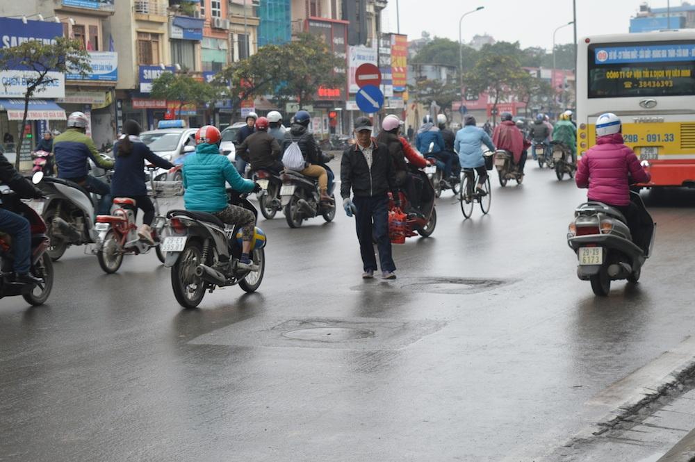 Một người đánh giày sang đường tùy tiện, không chấp hành luật lệ giao thông như đi không đúng vạch chỉ dẫn.
