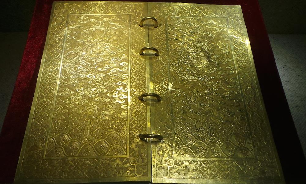 Kim sách được làm bằng vàng, niên hiệu Gia Long thứ 5 (1806). Hoàng đế Gia Long ca tụng công đức và truy đẳng tôn hiệu cho chúa Nguyễn Hoàng là Thái Tổ Gia Dụ Hoàng Đế. Chúa Nguyễn Hoàng (1525-1613) là người đầu tiên vào lập nghiệp và xây dựng chính quyền Chúa Nguyễn ở Đàng Trong. Tạo tiền đề cho việc lập Triều Nguyễn sau này. Sách gồm có 5 tờ, hai bìa trước và sau trang trí hình rồng mây, 3 tờ ruột khắc sách văn.