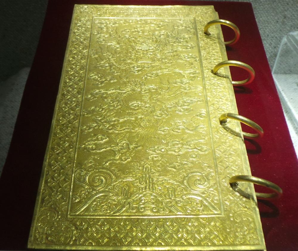 Kim sách bằng vàng niên hiệu Thiệu Trị thứ nhất (1841). Hoàng đế Thiệu Trị ca tụng công đức và dâng tôn thụy cho Hoàng phụ Minh Mệnh là Thế Thiên Xương Vận Chí Hiếu Thuần Đức Văn Võ Minh Đoàn Sáng Thuật Đại Thành Hậu Trạch Phong Công Nhân Hoàng đế miều hiệu là Thánh Tổ (ThánhTổ Nhân Hoàng đế). Sách gồm có 9 tờ, hai tờ bìa trang trí rồng mây, 7 tờ ruột khắc sách văn.