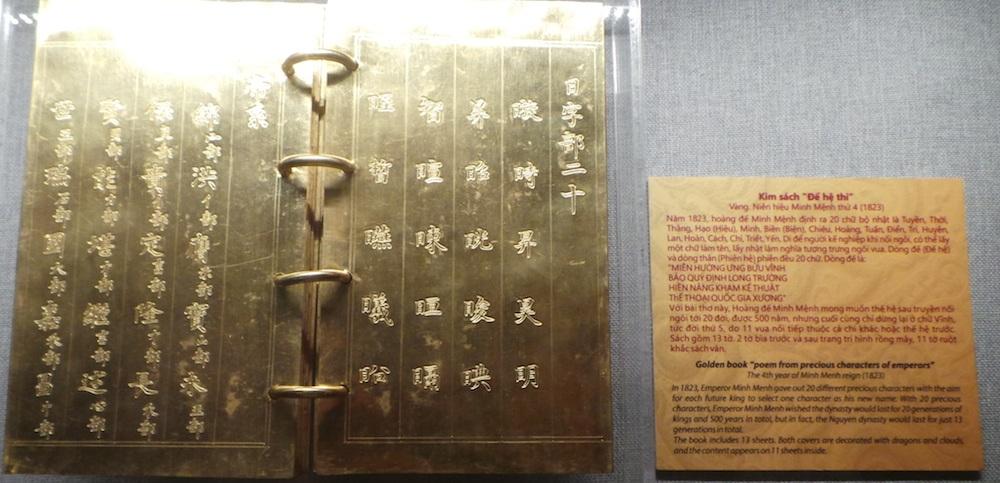 """Kim sách """"Đế hệ thi"""" được làm bằng vàng niên hiệu Minh Mệnh thứ 4 (1823). Năm 1823 hoàng đế Minh Mệnh đề ra 20 chữ. Để người kế nghiệp khi nối ngôi có thể lấy một chữ làm tên, lấy nhật làm chữ tượng trưng ngôi vua. Hoàng đế Minh Mệnh mong muốn thế hệ sau truyền nối đến 20 đời nhưng cuối cùng chỉ dừng lại ở 5 đời."""