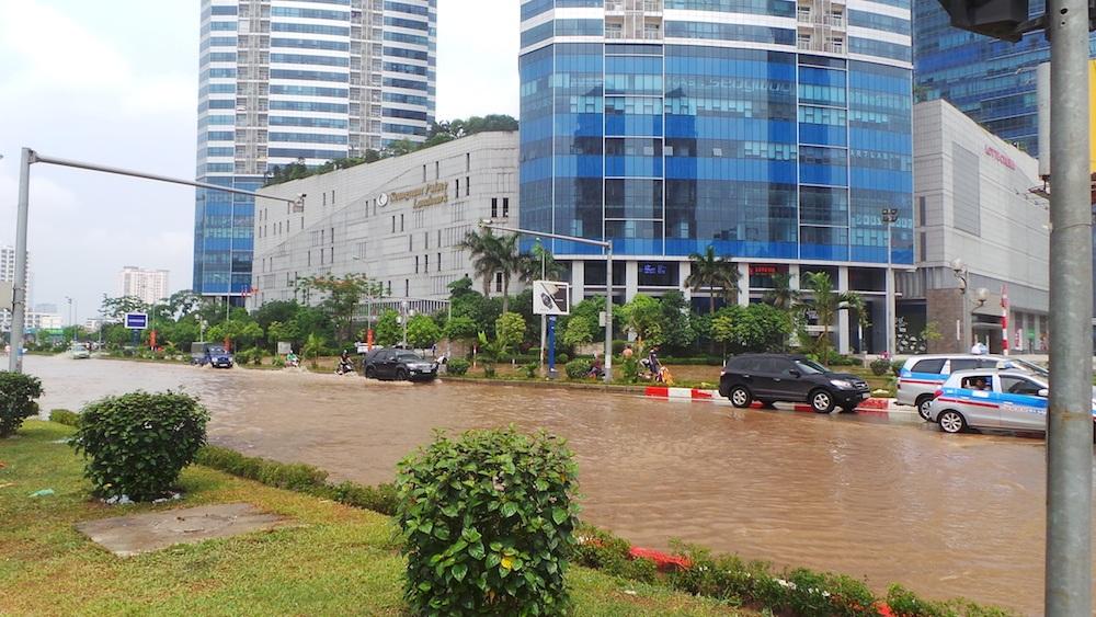 Toà nhà cao nhất Việt Nam (Keangnam) với 72 tầng nhà, cao 336m lúc 16h chiều vẫn bị bao vây trong biển nước.