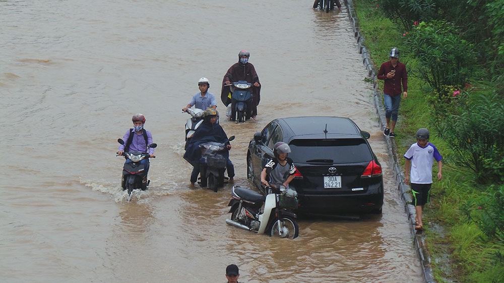 Nhiều ô tô, xe máy bị chết máy khi cố tình vượt qua đoạn ngập sâu.