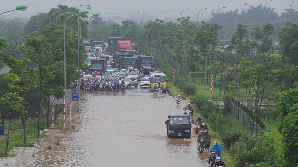 Đường dân sinh dọc đại lộ Thăng Long cả hai hướng đi và về nội thành đều bị ngập, hàng nghìn phương tiện không lưu thông dẫn đến giao thông bị ùn ứ nghiêm trọng.