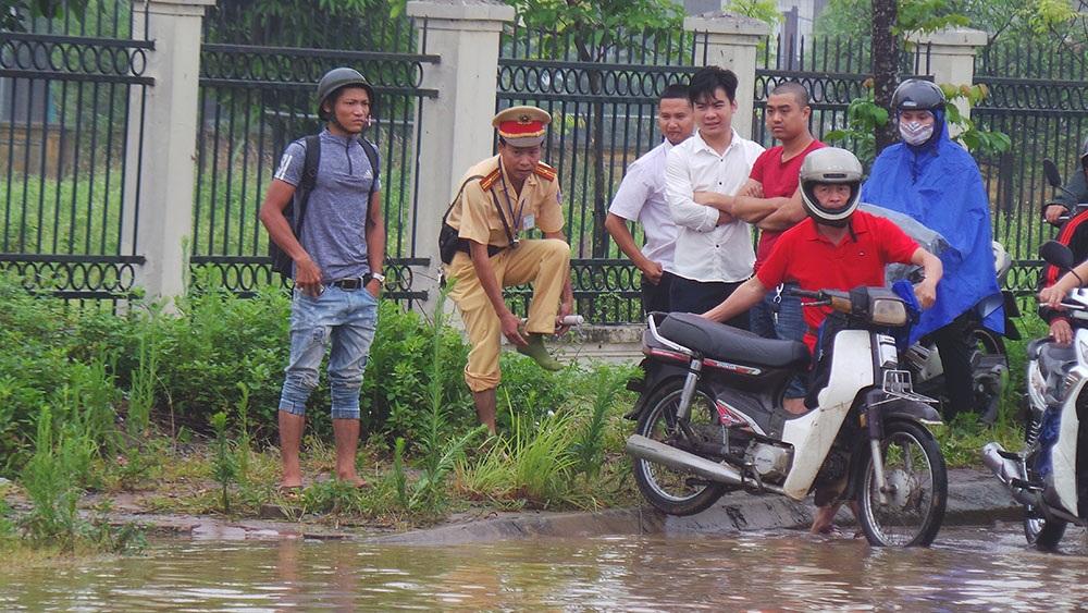 Lực lượng CSGT đã phải rất vất vả để phân luồng, chỉ dẫn người dân tham gia giao thông.