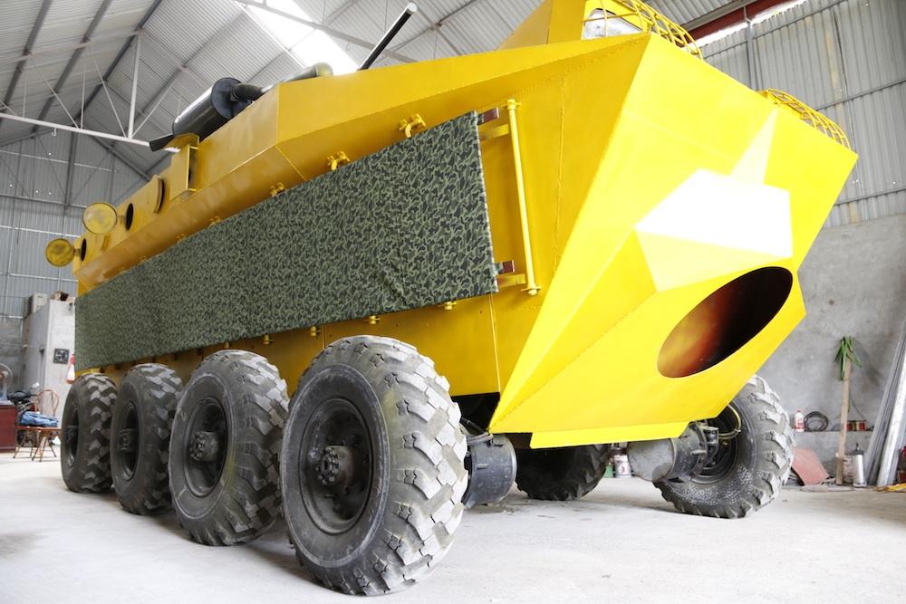 Chiếc xe bọc thép ra đời có chiều dài 6,8 m, xe di chuyển bằng 8 bánh một cách độc lập. Trong trường hợp một bánh bị hỏng thì những bánh còn lại vẫn có thể hoạt động được.