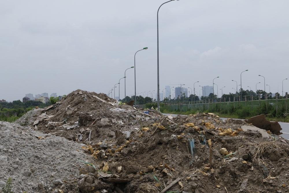 Hà Nội: Đổ trộm đất đá, phế thải bên đường gom đại lộ Thăng Long - 7