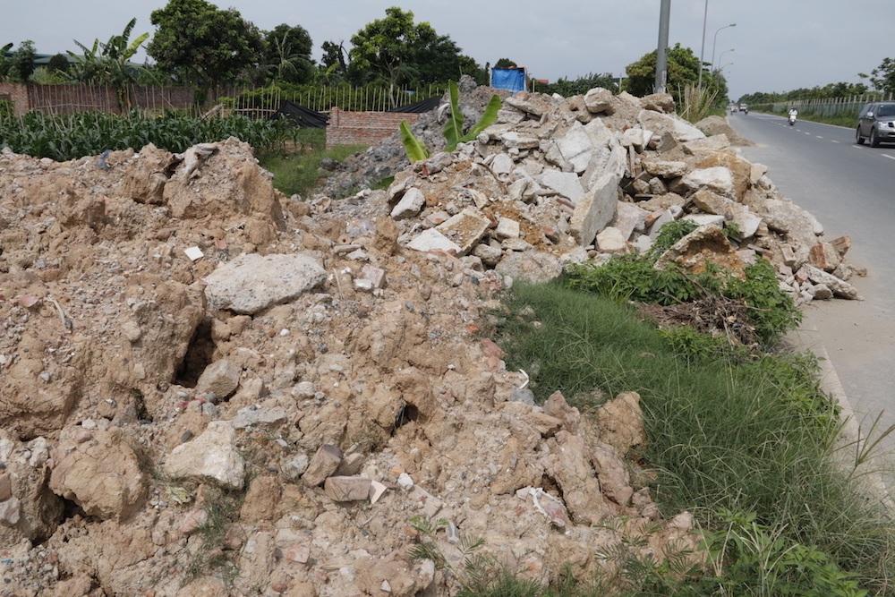 Đây là một trong những bãi phế thải xây dựng bên đường gom dọc đại lộ Thăng Long, thuộc địa bàn xã Song Phương, huyện Hoài Đức, Hà Nội. Phần lớn chất thải là đất đá, bê tông, gạch ngói...