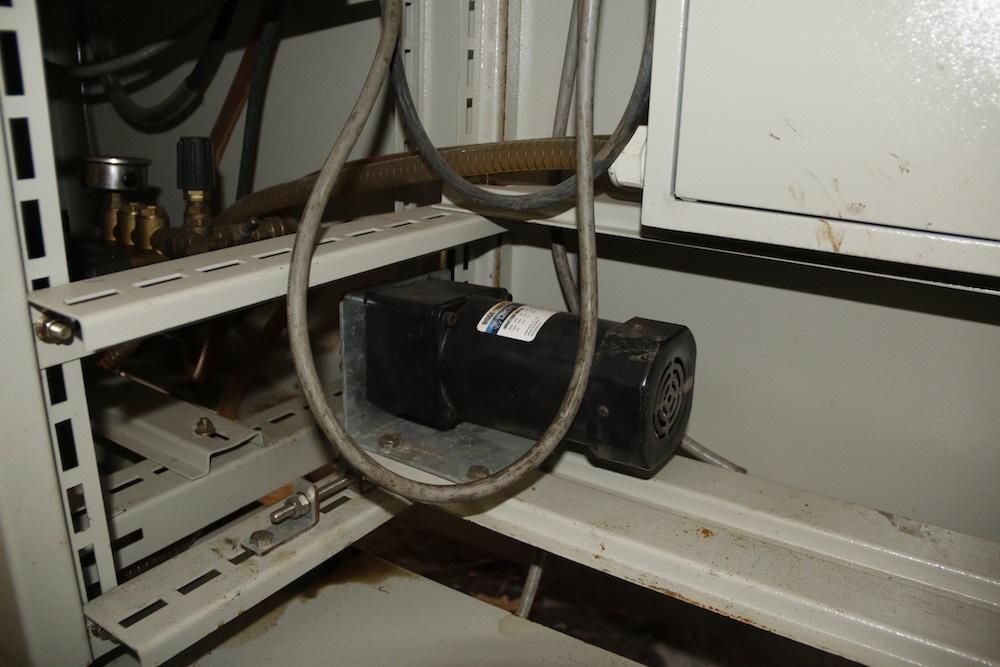 Đây là động cơ xoáy vòng, giúp cho vòi xịt quay vòng tròn khi phun nước rửa xe.
