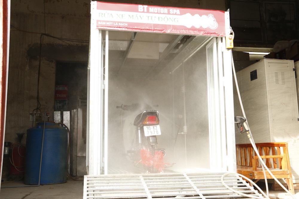 Một chiếc máy rửa xe tự động được hình thành sau nhiều lần chủ nhân của nó đi rửa xe máy thủ công. Năm 2006 anh Dương Xuân Thiện (sinh năm 1976 quê gốc Nghệ An) từng là cựu sinh viên trường Đại học Bách Khoa đã đề bạt ý tưởng chế tạo ra một chiếc máy rửa xe tự động nhằm cải thiện công sức lao động, tiết kiệm thời gian mà những chiếc xe lại được rửa sạch sẽ.