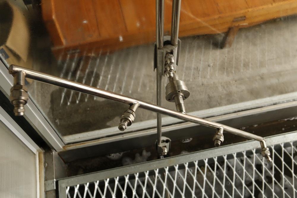 Tiếp sau đó là đến lượt hệ thống vòi xịt nước ở hai bên, với nhiệm vụ làm sạch bụi bẩn ở hai sườn xe, trong quá trình xịt bụi bẩn đồng thời bọt nước rửa xe cũng được xả ra theo dòng nước. Vòi này sử dụng công nghệ vòi xoắn sẽ làm cho một vết bẩn được cọ đi cọ lại hàng trăm lần trong mỗi lần rửa.