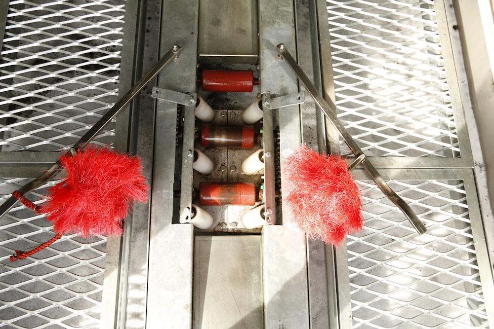 Nguyên lý hoạt động của máy rửa xe tự động phiên bản thứ 5 có những ưu điểm vượt trội hơn. Bước đầu tiên khi cho xe vào bên trong máy rửa xe. Khởi động máy rửa xe, ngay lập tức hệ thống vòi xịt dưới gầm hoạt động, chạy dọc theo thân xe để loại bỏ bụi bẩn phần gầm xe.
