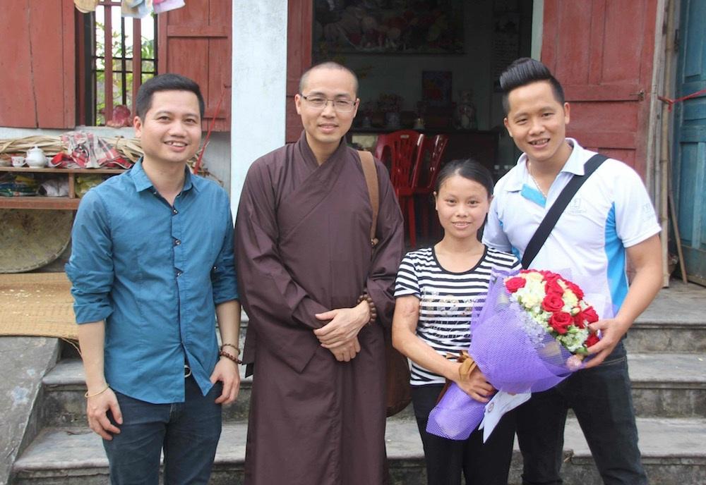 Biên đạo mua Đặng Tiến Thuận (ngoài cùng, bên phải) trong một lần đi thiện nguyện cùng nhà chùa.