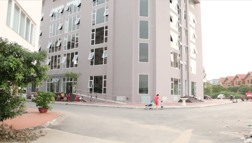 """Hơn 1 năm qua, khoảng 100 hộ dân với hơn 500 nhân khẩu thuộc chung cư Đông Đô (Hoàng Quốc Việt, Hà Nội) đang phải sống trong tình cảnh """"dở khóc, dở cười""""."""