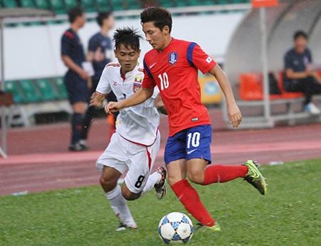 U21 Myanmar (áo trắng) đang đá giải tại TPHCM không phải là lứa cầu thủ đã dự VCK U20 thế giới 2015 (ảnh: Trọng Vũ)