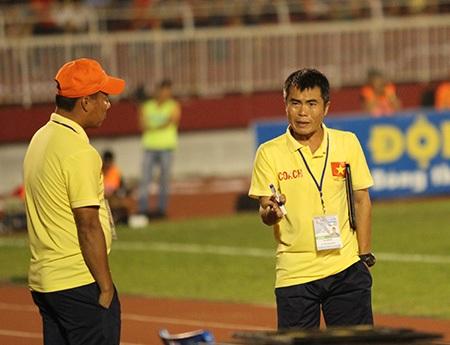 HLV Phạm Minh Đức (phải) không họp báo sau thất bại của U21 Việt Nam (ảnh: Trọng Vũ)
