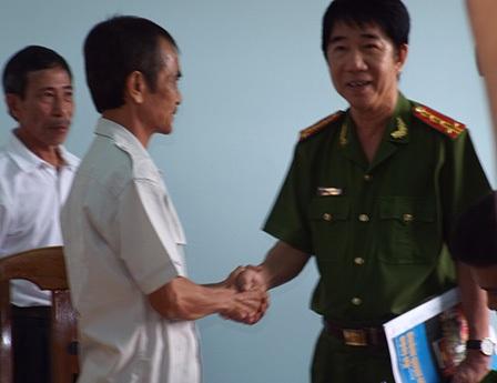 Hình ảnh tại buổi công bố quyết định đình chỉ điều tra công Huỳnh Văn Nén (trái) sáng nay - ảnh: Thuận Nguyễn