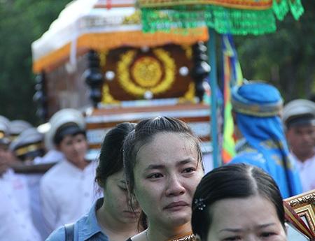 ... và áo quan của Hoàng Hà Giang được đưa về thăm nhà ở Quận 4 (TPHCM), trước khi di chuyển về Vĩnh Long, nằm lại vĩnh viễn ở quê ngoại