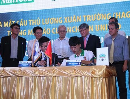 Xuân Trường (ngồi bên phải) ký hợp đồng với đại diện CLB Incheon United (ảnh: Trọng Vũ)