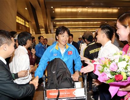 HLV Miura và các học trò được người Việt chào đón tại Qatar (ảnh: VFF)