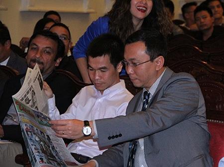 Phó chủ tịch VFF Trần Quốc Tuấn (phải) bình luận về các ứng viên trước giờ công bố giải