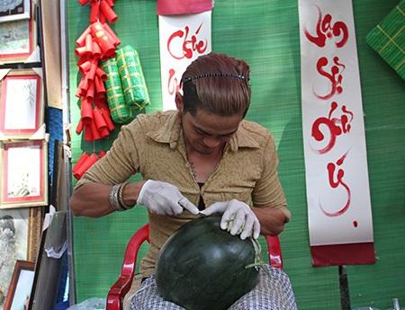 Với mức giá một trái dưa đã qua chạm khắc hoạt tiết từ 500.000 - 550.000 đồng (dưa từ 10kg trở xuống), người nghệ nhân khắc dưa có thể kiếm kha khá nếu đắt hàng