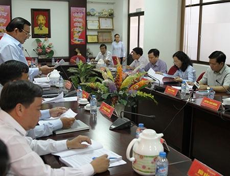 Huyện ủy huyện Củ Chi báo cáo với đoàn công tác của Thành ủy (ảnh: Quốc Anh)