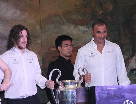 Gullit và Puyol cùng chiếc cúp bạc UEFA Champions League xuất hiện tại TPHCM sáng 8/4 (ảnh: Trọng Vũ)