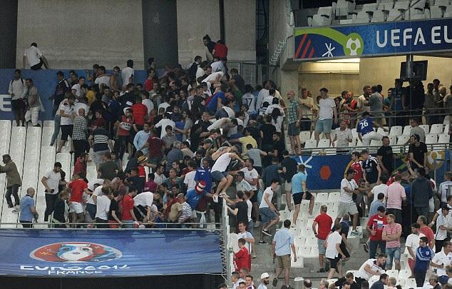 CĐV Anh bỏ chạy khỏi các CĐV Nga, sau trận Anh gặp Nga ở sân Velodrome (Marseille), rạng sáng 12/6