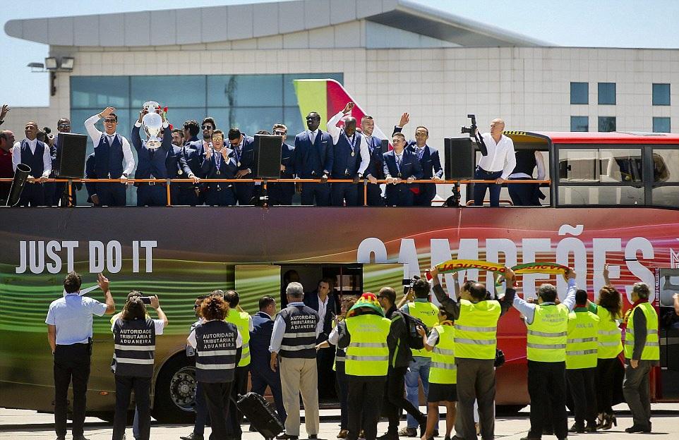 Các nhân viên của phi trường quốc tế ở Lisbon (Bồ Đào Nha) là những người đầu tiên may mắn được đón nhà tân vô địch châu Âu tính từ thời điểm họ đặt chân lên mảnh đất quê hương