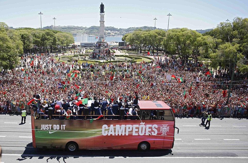 Các quảng trường ở Lisbon đông đặc người và cờ đón đoàn quân trong tay HLV Fernando Santos