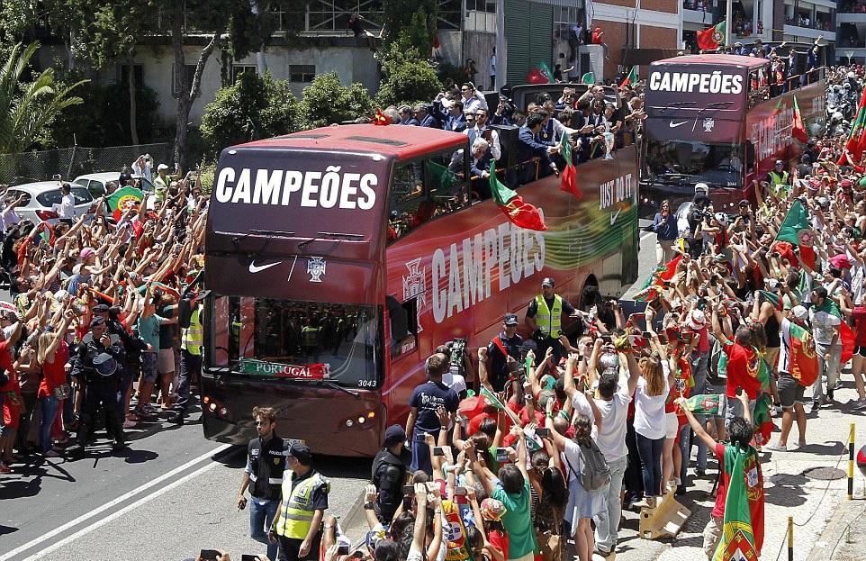 Biển người chào đón nhà vô địch Bồ Đào Nha tại quê nhà - 6