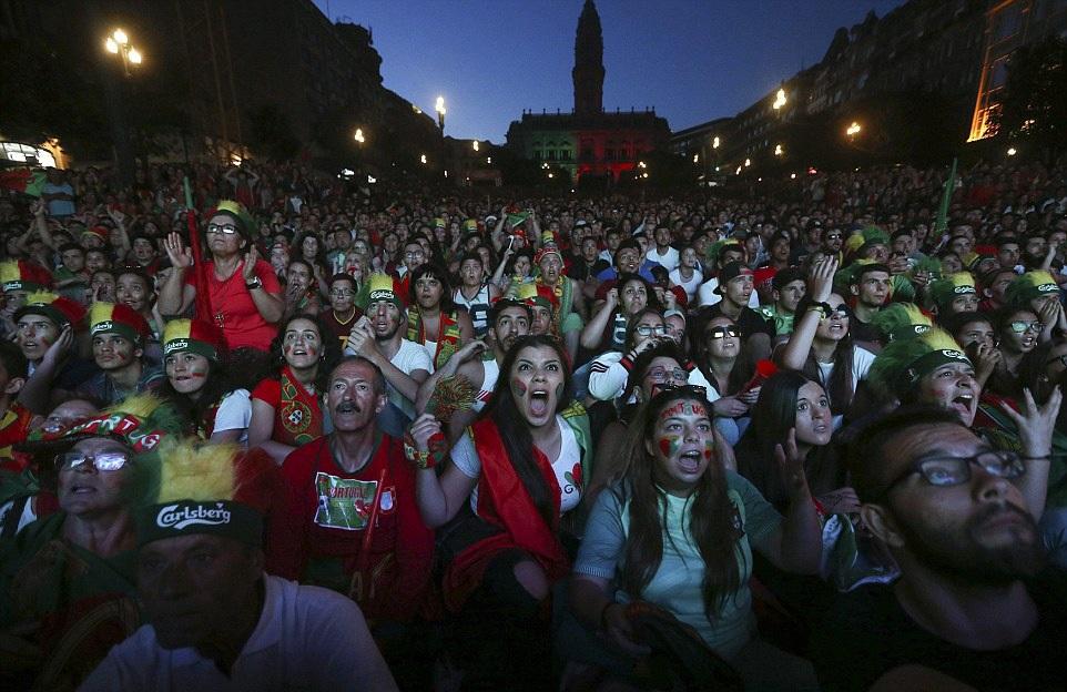 Ở Porto, người dân tập trung xem bóng đá trên đại lộ Allies
