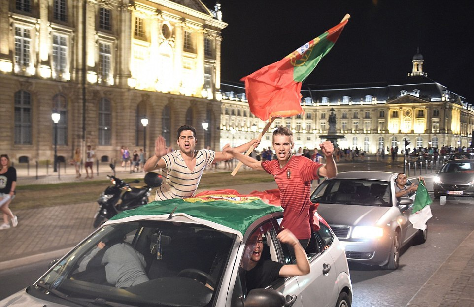 Trên đường phố Bordeaux (Pháp) cũng vậy