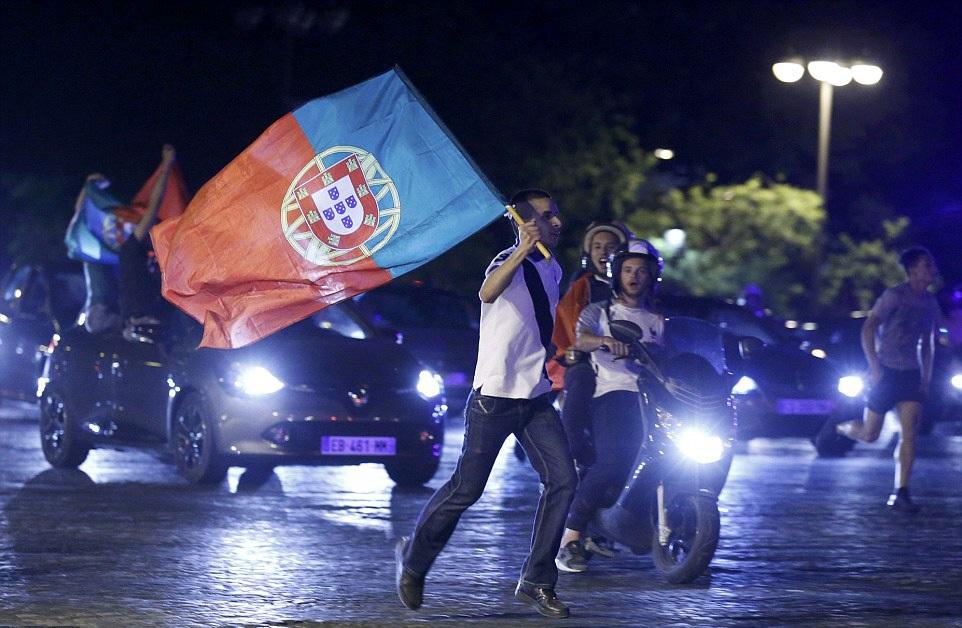 Người Bồ Đào Nha trên khắp châu Âu ra đường ăn mừng ngôi vô địch Euro 2016 - 7