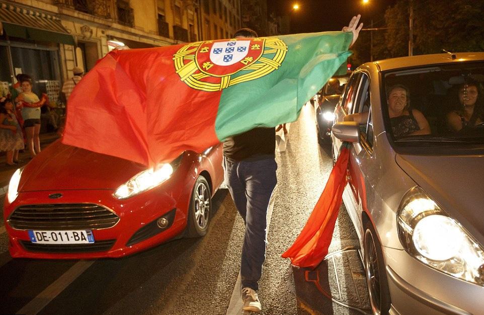 Ở Geneva (Thuỵ Sĩ), người ta cũng thấy cờ Bồ Đào Nha tung bay trên đường phố