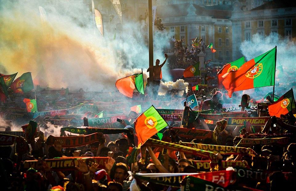 Người dân Bồ Đào Nha đổ ra quảng trường Paco ở Lisbon để mừng chiến thắng