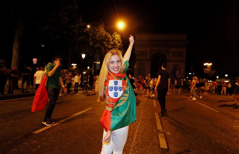 Đại lộ Champs Elysees ở Paris rực sắc cờ Bồ Đào Nha